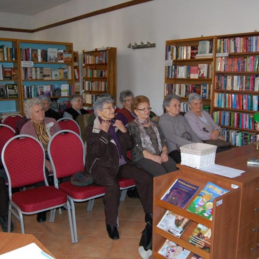 Nyugdíjasok a könyvtárban