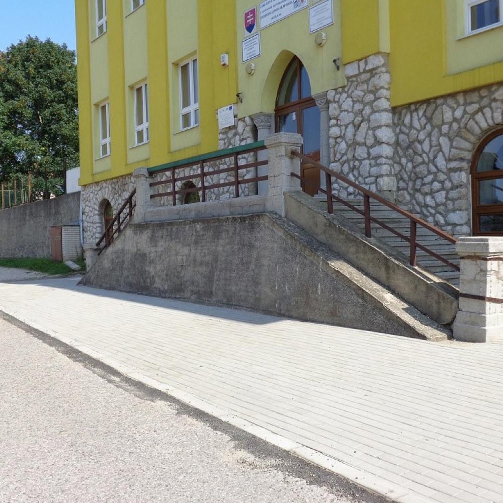 V Mužle sa vyhotovili chodníky v okolí školy a v obecnom parku
