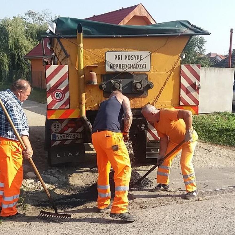 Pokračuje oprava miestnych komunikácií v obci Mužla