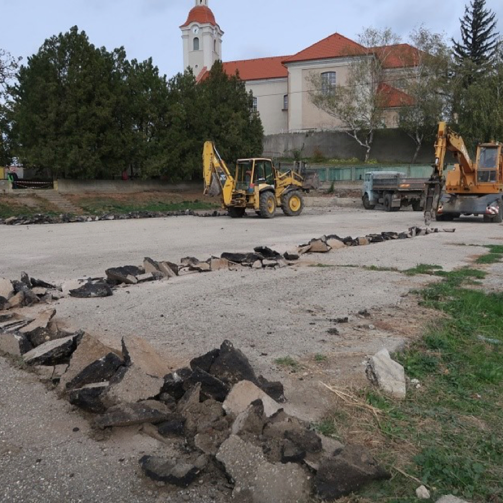 Zahájila sa výstavba multifunkčného ihriska s umelým trávnikom v Mužle