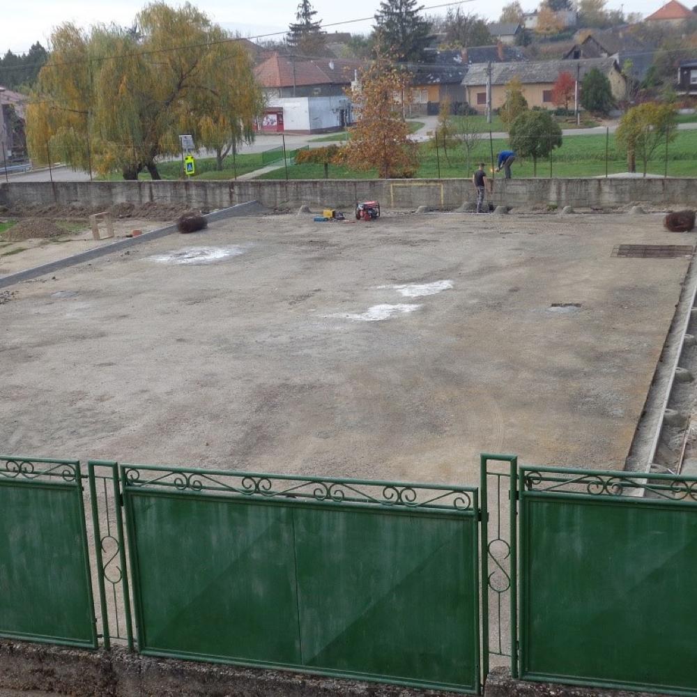 Pokračuje výstavba multifunkčného športového ihriska v Mužle