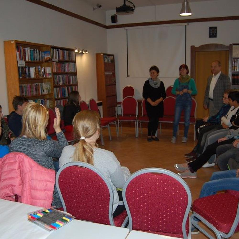 Kreatívne zamestnanie detí v knižnici s Erzsébet Benyó