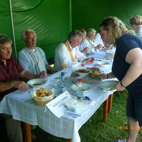 Súťaž o varení halászlé v Balatonszárszó