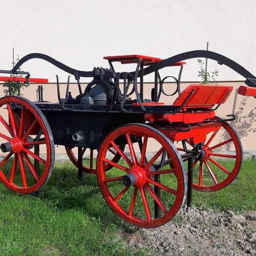 Zrekonštruovaná stará hasičská striekačka v obci Mužla