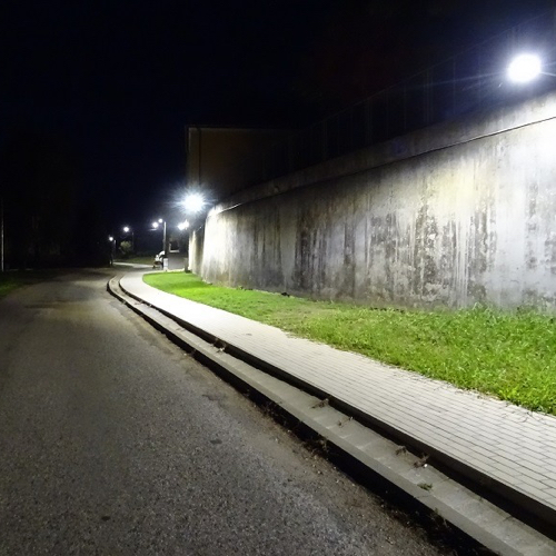 Večerný pohľad na Mužlu – po rekonštrukcii pouličného osvetlenia