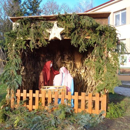 Adventný veniec a betlehém v obci Mužla