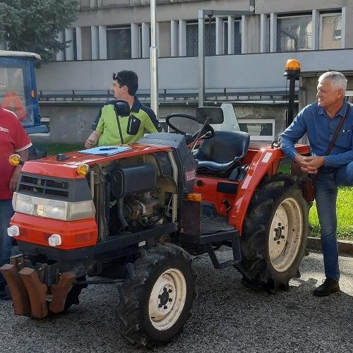 Výstava traktorov na obrábanie hrozna v obci Mužla