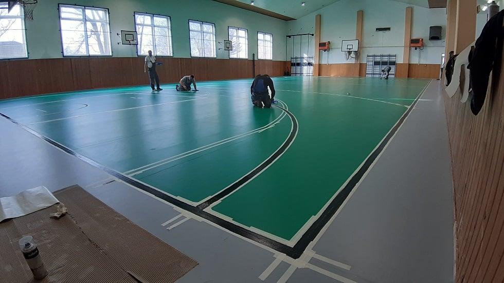 Zhotoviteľ pokračuje v rekonštrukcii palubovky športovej haly v Mužle