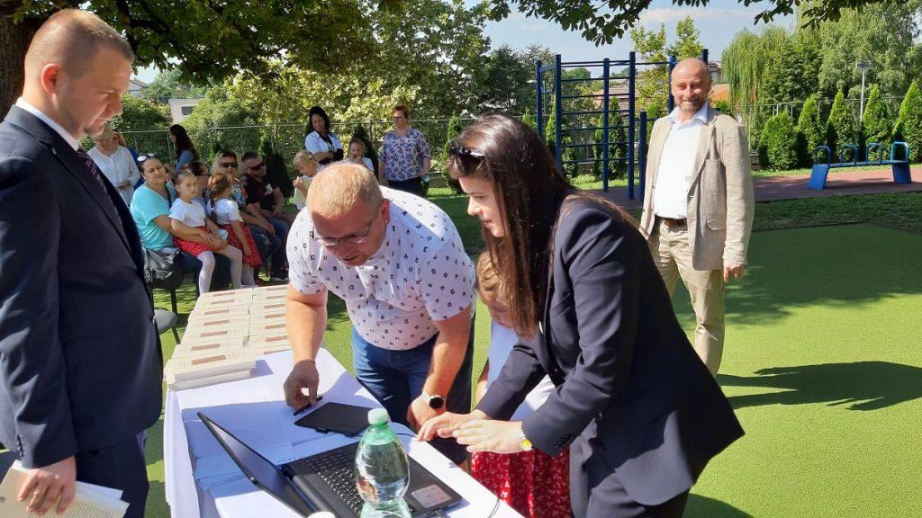 A muzslai elsősök szülei átvették a Rákóczi Szövetség Ösztöndíját